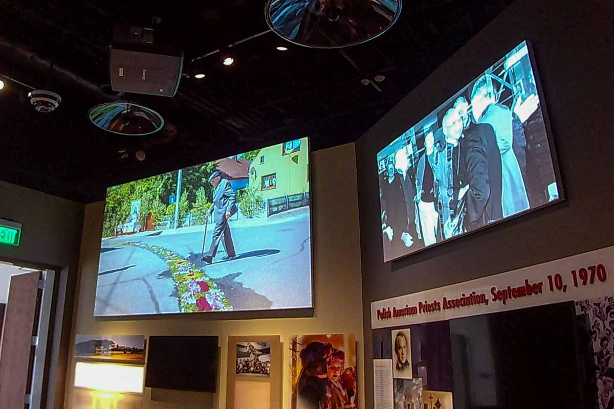 Video display museum exhibit